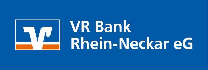 Logo_links_2-zeilig_VR-blau orange_Schriftzug_weiß_Bsp. auf blauem Hintergrund